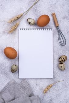 Concept de cuisson avec des œufs et un fouet