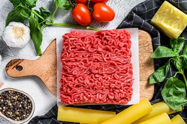 Le concept de la cuisson des pâtes cannellonis avec du bœuf haché