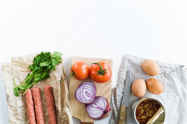 Le concept de la cuisson d'un petit-déjeuner anglais sur fond blanc et un espace pour le texte.