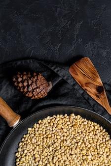 Concept de cuisson des pignons de pin grillés dans une poêle. vue de dessus