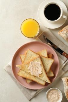 Concept de cuisson des toasts sur tableau blanc