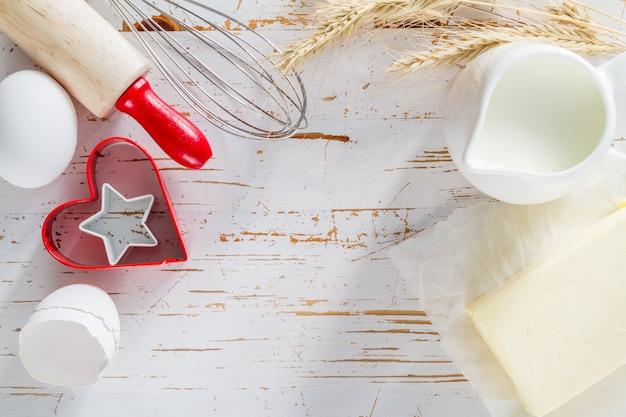Concept de cuisson avec des ustensiles de cuisine, bois blanc