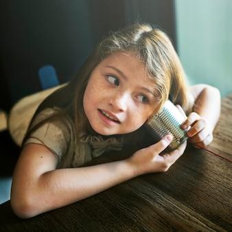 Concept de curiosité fun girl adorable