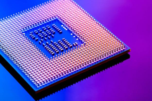 Concept cyber électronique de technologie. ordinateur de cpu ram sur fond de lumière bleue