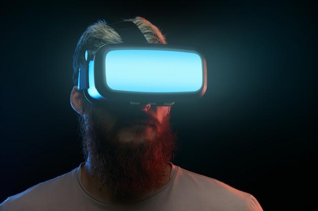Concept de cyber lundi. homme à lunettes vr