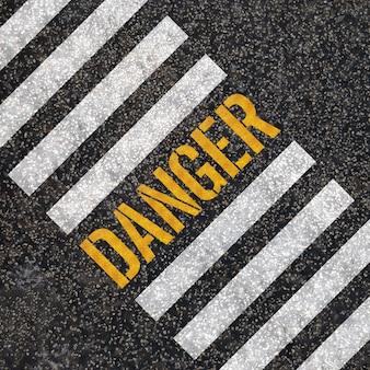 Concept de danger: peinture sur route goudronnée