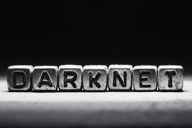Concept darknet, inscription sur des cubes métalliques isolés sur fond sombre