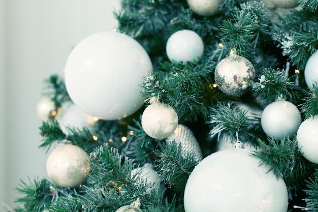 Concept de décoration et de célébration des fêtes de fin d'année en gros plan sur un arbre de noël décoré de boules et...