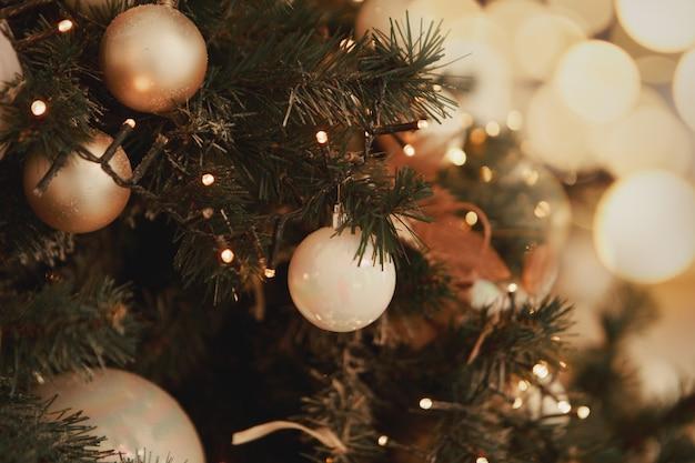 Concept de décoration et de célébration des vacances du nouvel an en gros plan sur l'arbre de noël décoré