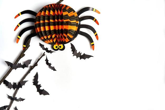 Concept de décoration halloween chauves-souris papier noir branche sèche bâton fond carton blanc