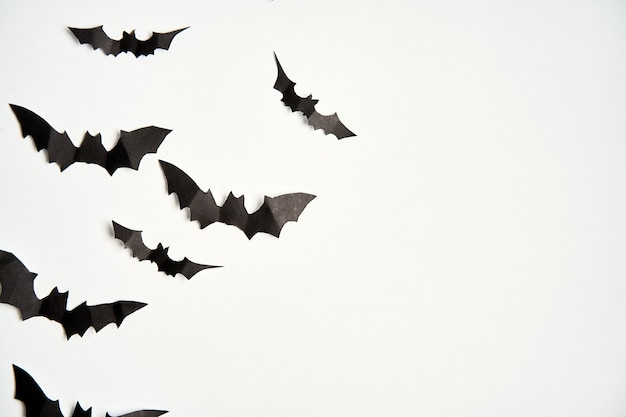 Concept de décoration halloween chauves-souris papier noir fond carton blanc