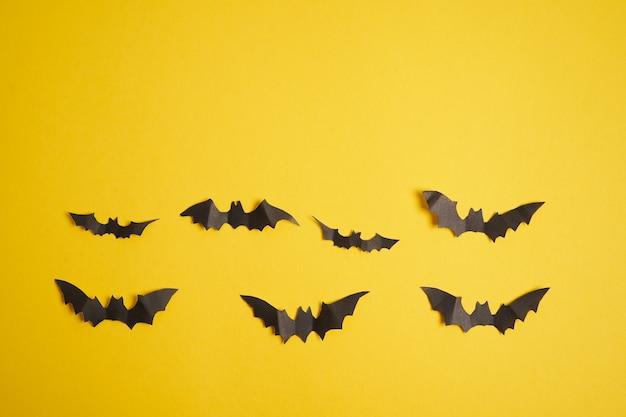 Concept de décoration halloween chauves-souris papier noir fond carton jaune