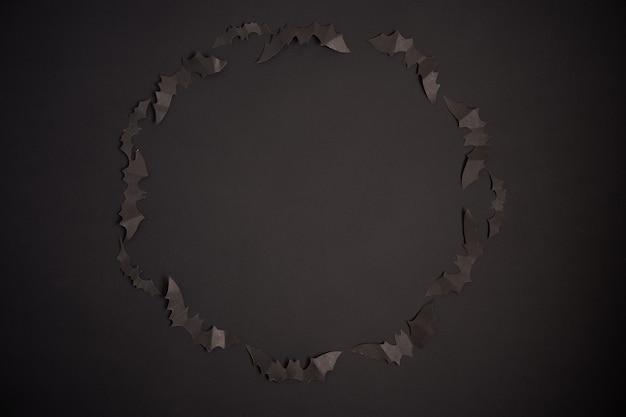 Concept de décoration halloween chauves-souris en papier noir fond de carton noir