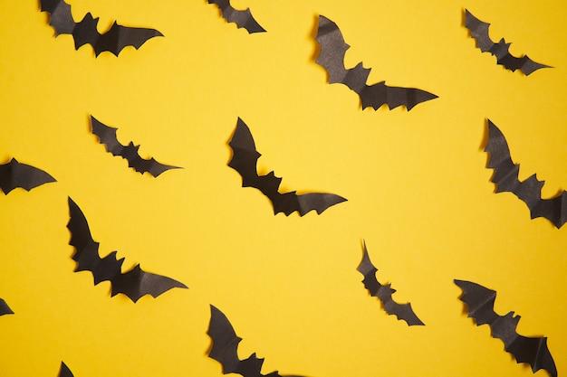 Concept de décoration halloween chauves-souris en papier noir motif de fond en carton jaune