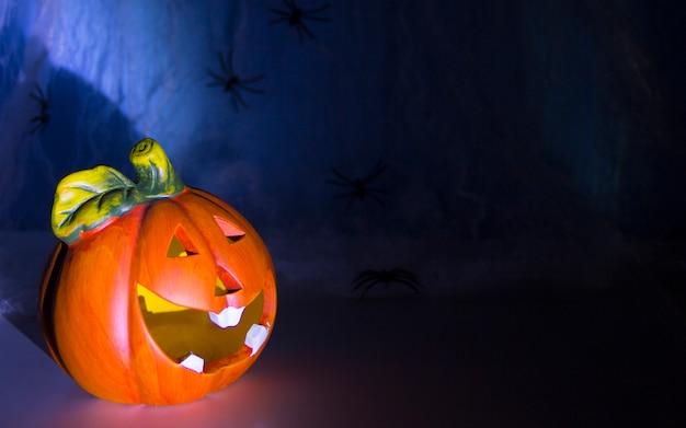 Concept de décoration d'halloween une tête de citrouille dans une toile d'araignée
