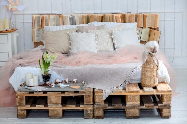 Concept de décoration intérieure et intérieure moderne. avec des oreillers et une couverture, des bougies. une grande étoile des lampes. cerf sur les oreillers. pièces en bois