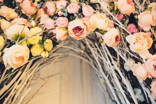 Le concept de décoration de mariage jour de mariage, lieu de cérémonie pour la mariée et le marié, décoration, fleurs, fleuristes.