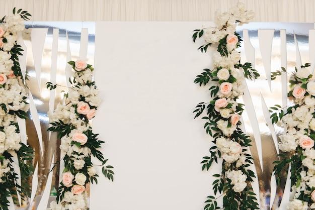 Le concept de décoration pour les mariages et les vacances, les arrangements floraux sur les tables, le présidium des jeunes mariés