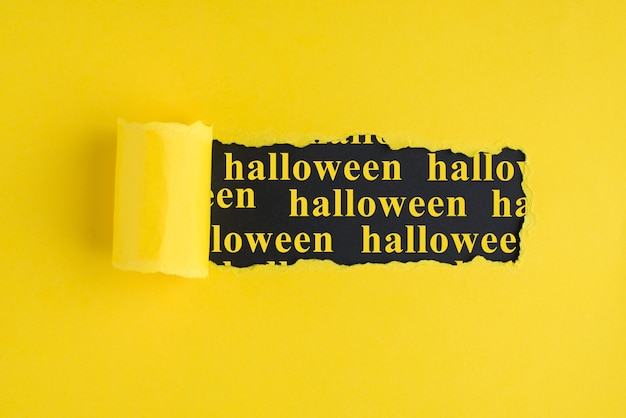 Concept de défilement de lettrage de mot de bannière d'halloween. photo d'une brochure en papier carton avec trou et texte à l'intérieur. copier l'espace vide