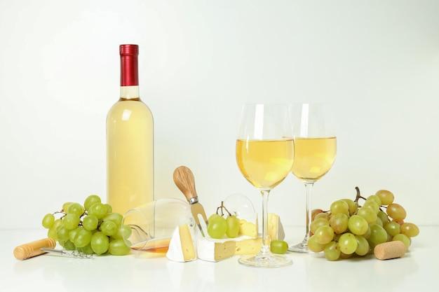 Concept de dégustation de vin blanc sur fond blanc