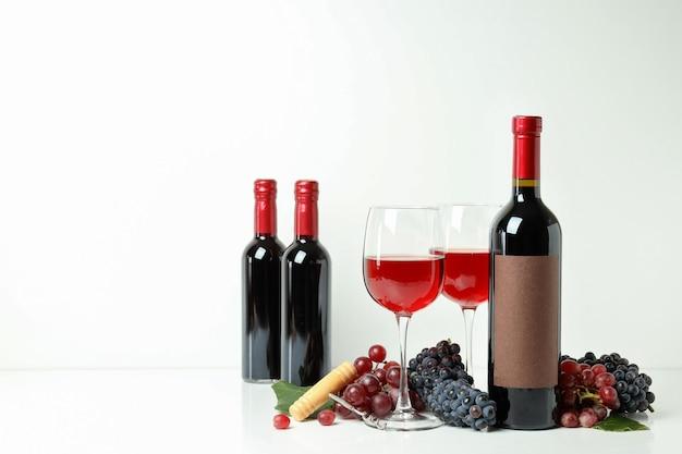 Concept de dégustation de vin rouge sur fond blanc