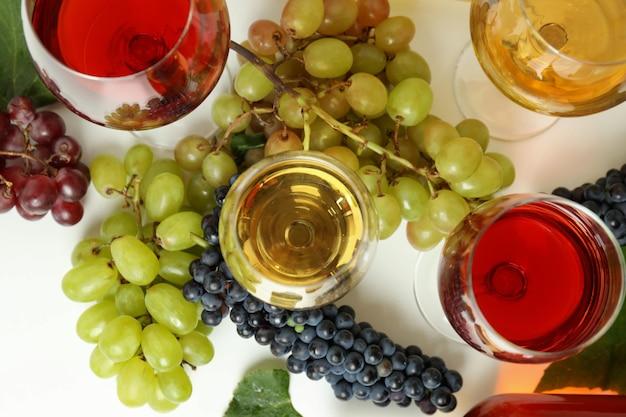 Concept de dégustation de vins différents sur un tableau blanc
