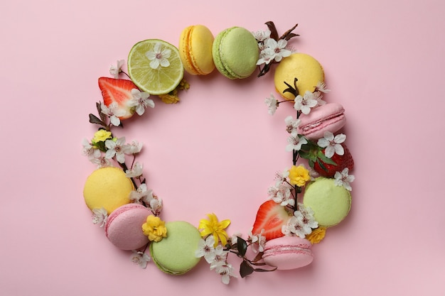 Concept de délicieux macarons sur fond rose