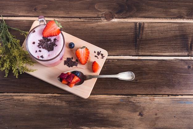 Concept de délicieux smoothie aux fraises