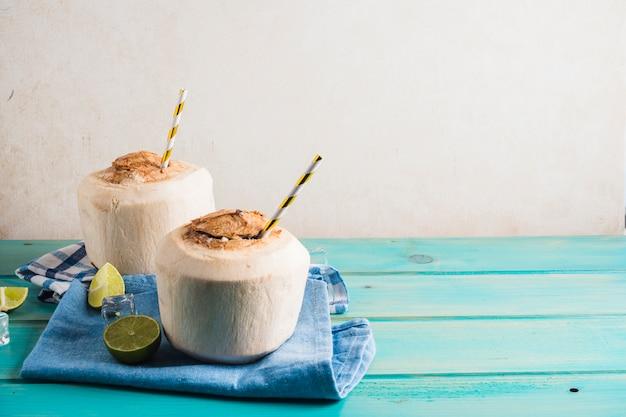 Concept de délicieux smoothie à la noix de coco