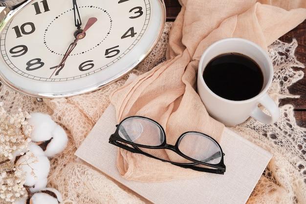 Concept de démarrage tasse de café réveil livres lunettes commencez votre journée avec l'éducation au café du matin...