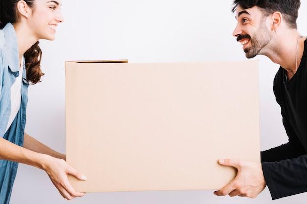 Concept de déménagement avec un couple heureux