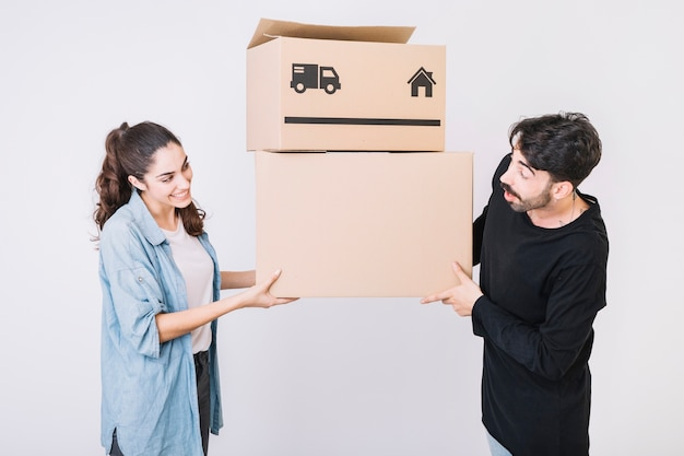 Concept de déménagement avec un couple qui se regarde