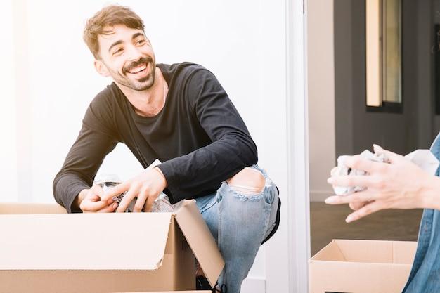 Concept de déménagement avec un homme souriant