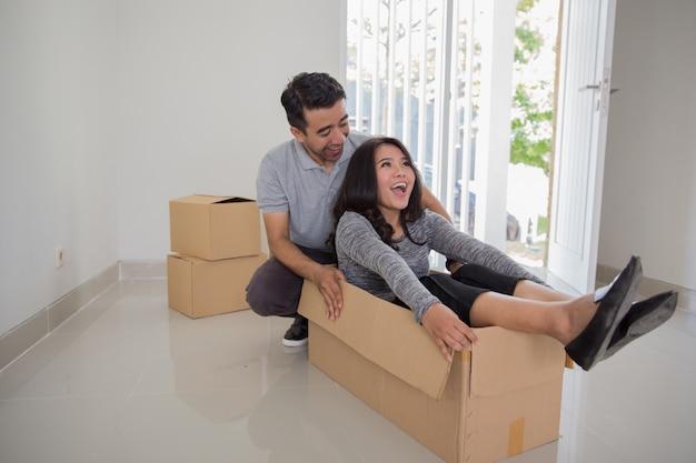 Concept de déménagement de jeune couple asiatique