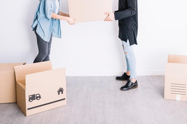 Concept de déménagement avec vue latérale du couple