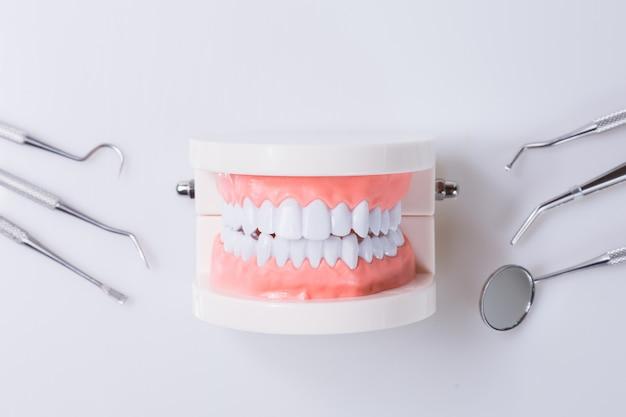 Le concept dentaire des outils de santé pour les soins dentaires