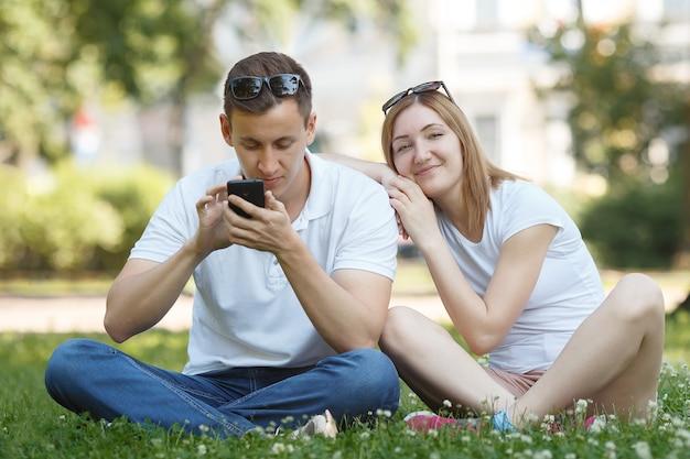 Concept de dépendance au téléphone portable. homme regardant son téléphone portable lors d'un rendez-vous. couple élégant et moderne