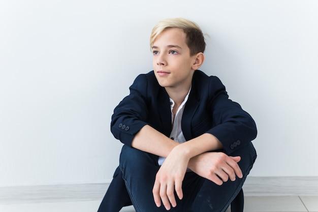 Concept de dépression et de puberté chez les adolescentes - portrait d'adolescent triste gros plan sur fond blanc.
