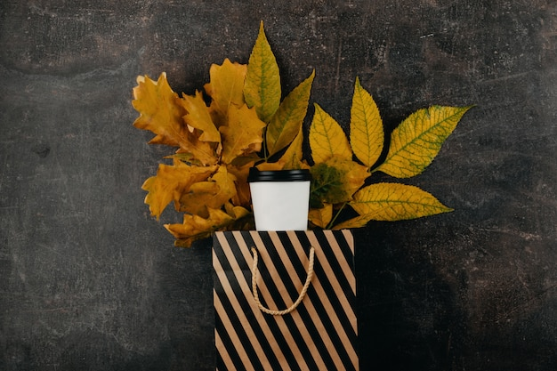 Concept de design automne automne de tasse de café en papier recyclé