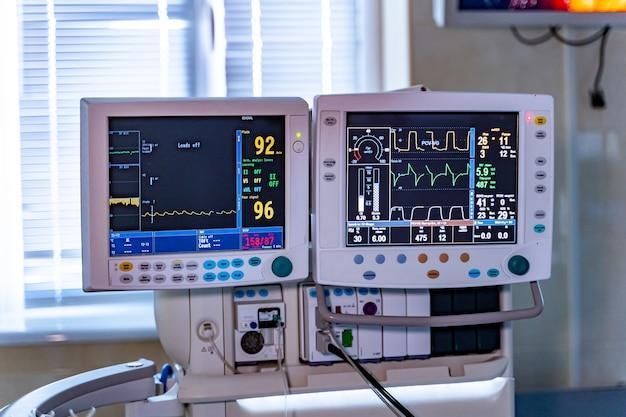Concept de design d'hôpital d'intérieur. intérieur de la salle d'opération dans une clinique moderne. écran avec tests. coeur battant à l'écran.
