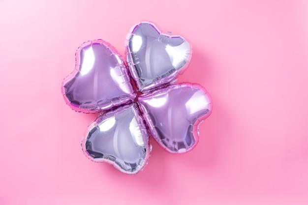 Concept De Design Minimal De La Saint-valentin - Beau Ballon D'aluminium En Forme De Coeur Réel Isolé Sur Fond Rose Pâle Photo Premium