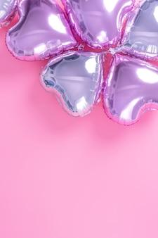 Concept de design romantique de la saint-valentin - ballon en aluminium en forme de coeur magnifique sur fond rose pâle