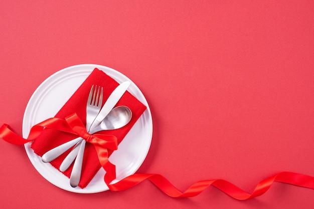 Concept de design de la saint-valentin - vaisselle pour un repas romantique