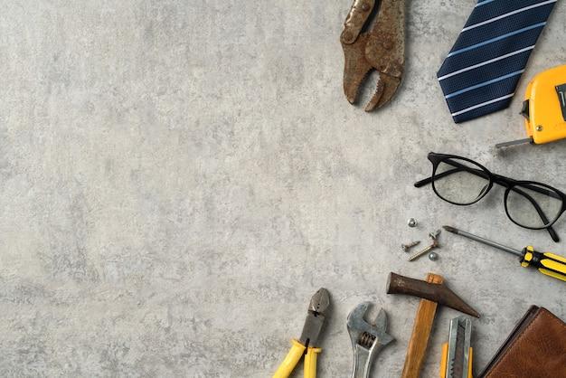Concept de design vue de dessus de la fête des pères et de la fête du travail avec des outils de travail sur fond bleu