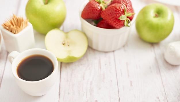 Concept de désintoxication. fruits et baies savoureux. nourriture saine. véganisme, végétarisme, alimentation crue. fraises et pommes. fruits frais d'été. copiez l'espace. vitamines dans les aliments. petit-déjeuner sain