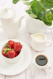 Concept de désintoxication. fruits et baies savoureux. nourriture saine. véganisme, végétarisme, alimentation crue. fraises et service à café. fruits frais d'été. copiez l'espace vitamines dans les aliments. petit-déjeuner sain.