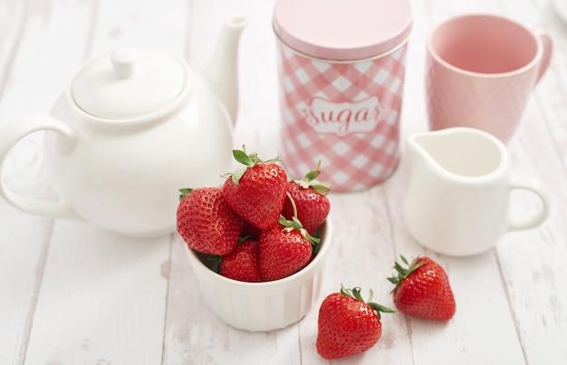 Concept de désintoxication. fruits et baies savoureux. nourriture saine. véganisme, végétarisme, alimentation crue. fraises et service à thé. fruits frais d'été. copiez l'espace vitamines dans les aliments. petit-déjeuner sain.