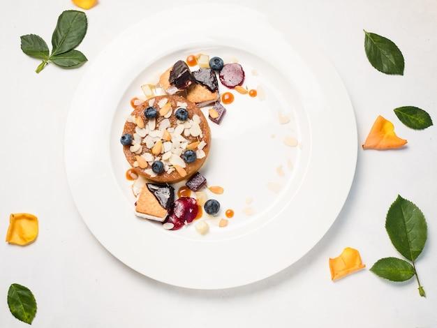Concept de dessert de fond blanc de bonbons de confiserie. assortiment de viennoiseries. nourriture de restaurant.