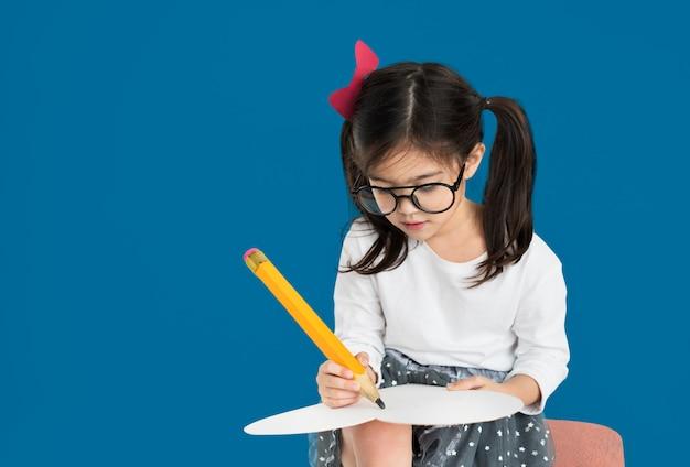Concept de dessin au crayon petite fille