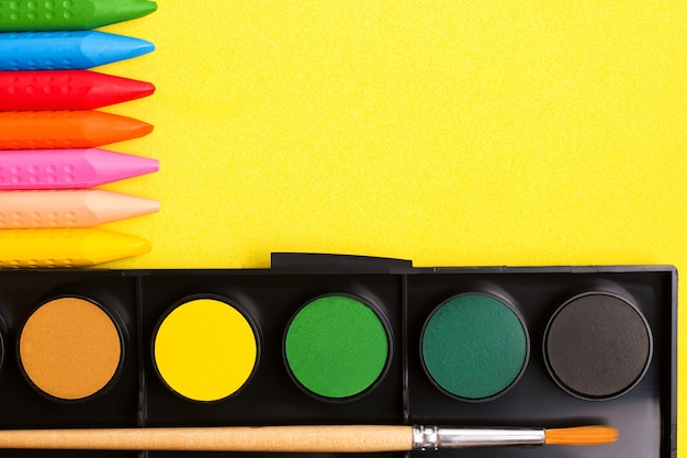 Le concept de dessin de créativité des enfants. crayons et peintures. vue d'en haut